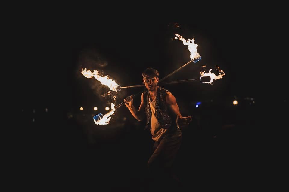Nicola Colleoni Performarte – performance – due bastoni – giocoliere – fuoco – WAO festival – evento
