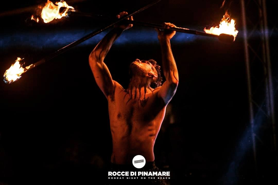 Nicola Colleoni Performarte – performer – fuoco – elementz art entertainment – evento – rocce di pinamare
