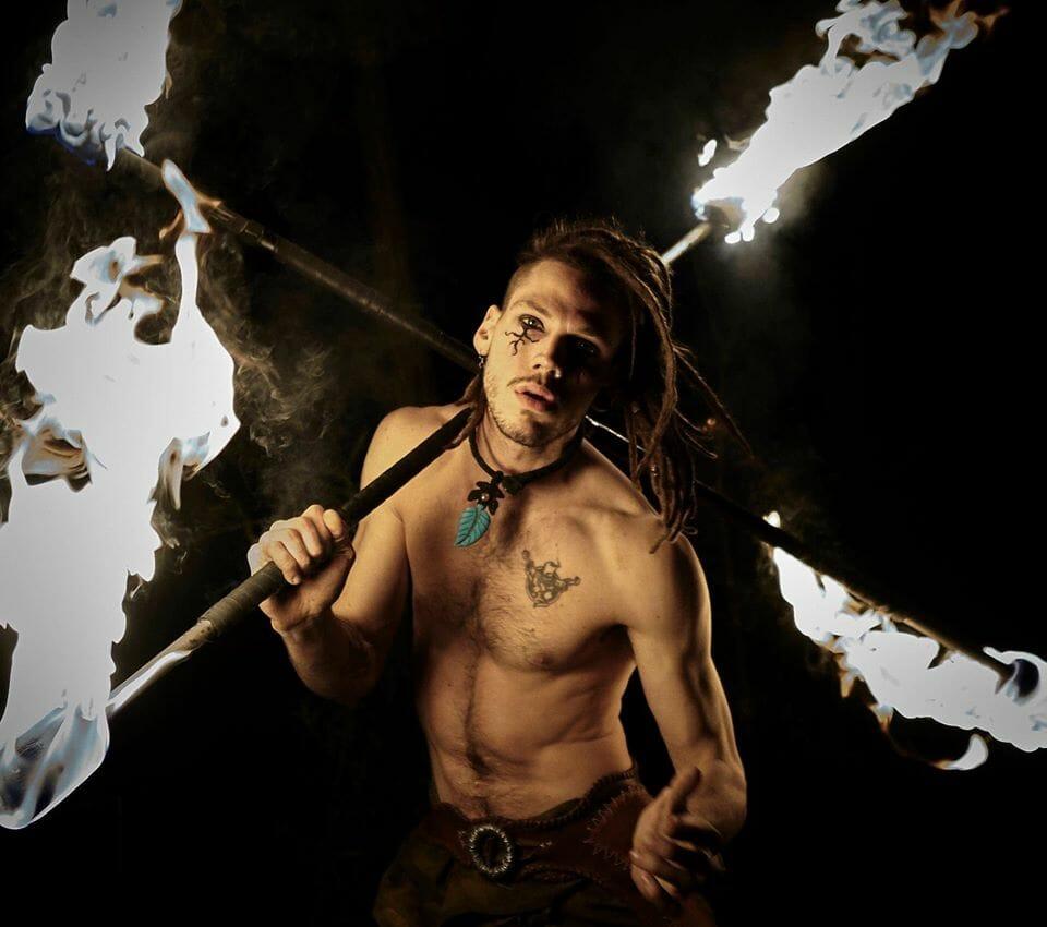 Nicola Colleoni Performarte – spettacolo di fuoco – giocoliere – bastoni – doppio bastone
