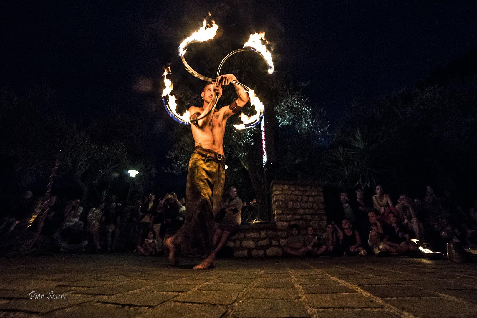 Nicola Colleoni Performarte – giocoleria di fuoco – medievale