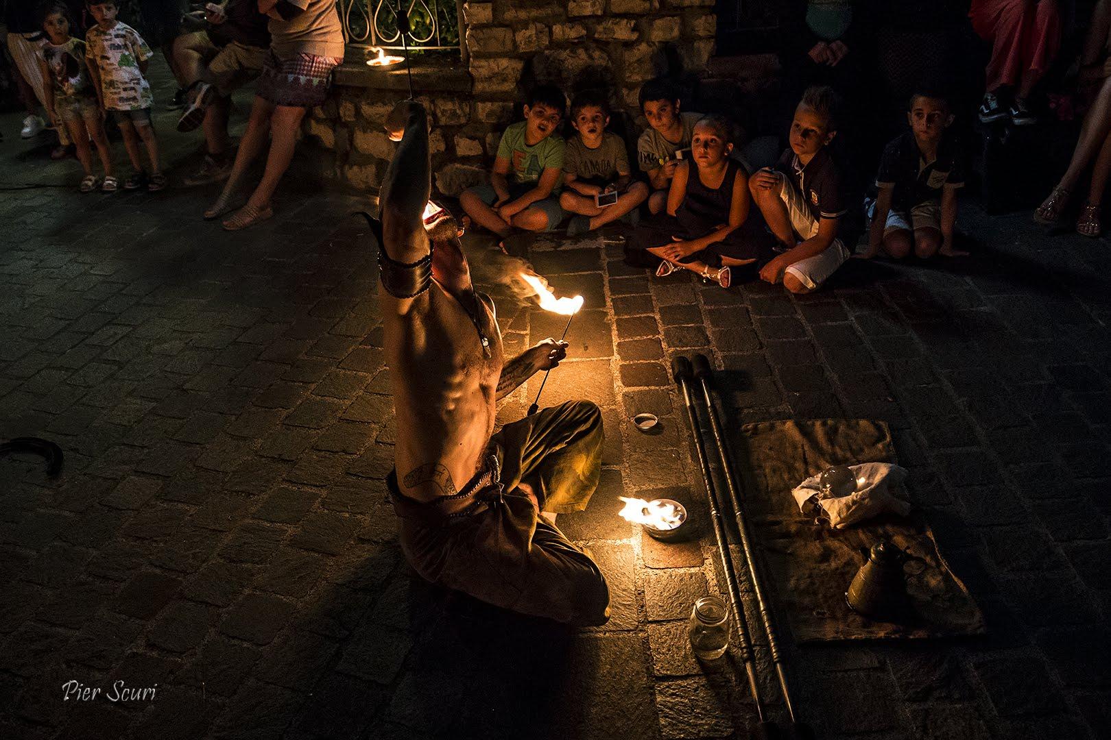 Nicola Colleoni Performarte – mangiafuoco – spettacolo di fuoco – fatntasy medievale