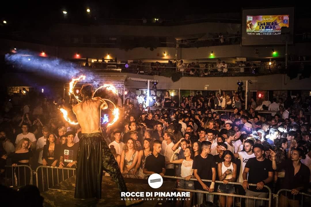 Nicola Colleoni Performarte – performance di fuoco – Rocce di pinamare