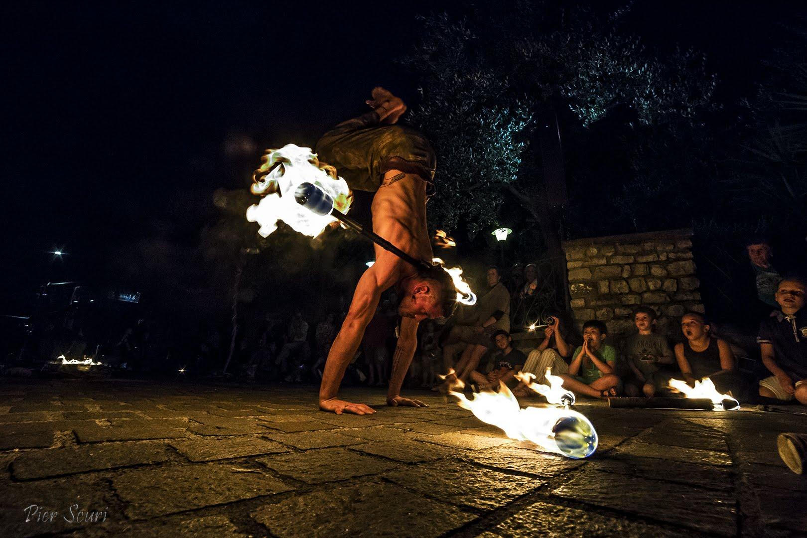Nicola Colleoni Performarte – spettacolo di fuoco con La Compagnia del Niño – monte Isola